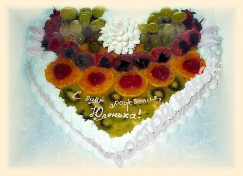 Торт сердце украшенный фруктами
